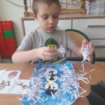 """Chłopiec podczas tematycznej pracy palstycznej """"bałwanek""""."""