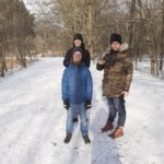 Jedna z grup naszegho zespołu podczas zimowego spaceru w pobliskim lesie.