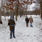 Uczniowie podczas zimowego spaceru.