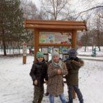 Uczniowie podczas zimowego spaceru na ścieżce dyaktycznej.