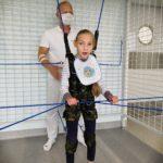 Dziewczynka oraz prowadzący szkolenie Dunag podczas ćwiczenia w kombinezonie w UGUL-u.