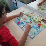 Chłopiec wykonujący ćwiczenie logopedyczne.