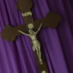Krzyż na filetowym tle.