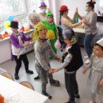 Grupa przebierańców podczas zabawy tanecznej.