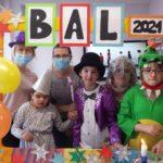 """Grupowe zdjęcie przebierańców w okolicznościowej ramce """"Bal 2021""""."""