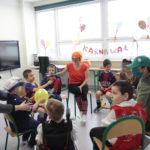 Przedszkolaki podczas zabawy balonem w trakcie baliku przebierańców.