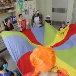 Przedszkolaki podczas zabawy z chustą KLANZY w trakcie baliku przebierańców.