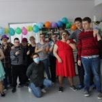 Dyskotekowe zdjęcie grupowe uczestników dyskoteki.