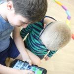 Uczniowie komunikujący się za pomocą tabletu i programy MÓWIK.