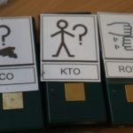 Komunikatory opatrzone symbolami makaton: kto?, co?, robić.