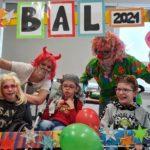 Portret uczestników przebieranej imprezy karnawałowej w okolicznościowej ramce z napisem BAL 2021.