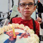 Uczestnik imprezy karnawałowo-urodzinowej z tortem.