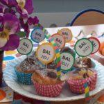 Popczęstunek w postaci owocó i muffinek z okolicznościowymi etykietkami BAL 2021.