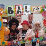 Zdjęcie grupowe uczestników karnawałowej imprezy w okolicznościowej ramce z napisem BAL 2021.