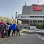 Zdjęcie grupowe uczniów przed Teatrem Ziemi Rybnickiej.