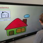 Uczeń podczas ukłądanki utrwalającej symbole MAKATON - z wykorzystaniem tablicy interaktywnej.
