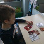 Uczeń dopasowyjący symbole MAKATON do odpowiedników na zdjęciach.