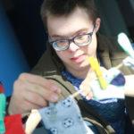 Uczeń przypinający skarpety klamerkami.