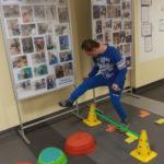 Uczeń pokonujący przeszkodę.