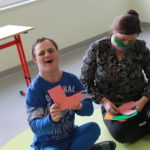 Uczeń wraz z wychowawca podzcas zadania dobierania papierowych skarpet w pary.