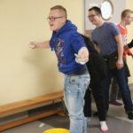 Uczniowie podczas zadania rzutu skarpetkami do celu.