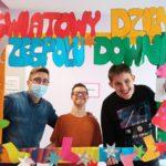 Ekipa uczniów wraz z wychowawcą w fotoramce z napisem Światowy Dzień Zespołu Downa