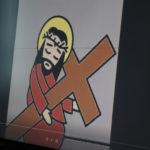 Ekran tablicy multimedialnej prezentujący animowaną scenę Drogi Krzyżowej.