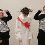 Porteret uczniów w roli Jesusa i jego oprawców z etiudy pasyjnej.