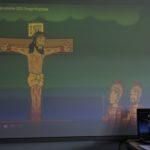Ekran tablicy multimedialnej prezentujący fragment animowanego filmu o Męce Pańskiej.