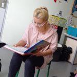 Prowadząca zajęcia podczas czytania wiersza.