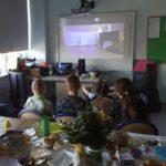 Uczniowei oglądający internetową ediudę pasyjną podczas rekolekcji wielkopostnych.