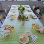 Stół nakruty do śniadania wielkanocnego.