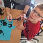 """Uczeń podczas wykonywania """"niebieskiego puzzla""""."""