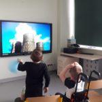Przedszkolaki podzcas oglądania prezentacji multimedialnej z okazji Dnia Ziemi.,