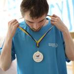 Uczestnik MATP prezentujący się z medalem.