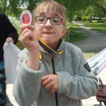 Zawodniczka prezentująca swój medal.