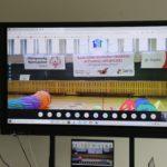 Ekran tablicy interaktywnej z obrazem fragmentu Ceremoni Otwracia wydarzenia.