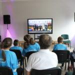 Grupa uczstników MATP obserwująca Ceremonię Otwarcia online.