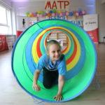 Uczestniczka MATP podczas konkurecji pokonywania tunelu.