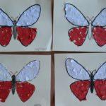 Prace plastyczne - wyklajone biało czerwonymi skrawkami papieru motyle.