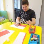 Uczeń wykonujący papierową flagę polski.
