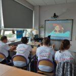 Grupa uczniów podczas oglądania prezentacji multimedialnej dotyczącej higieny osobistej.