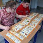 Uczniowie podczas zadania związanego z wyborem etykiet zdrowego pożywienia.
