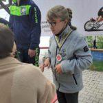 Zawodniczka kolarstwa ppodczas ceremoni dekoracji medalowej.