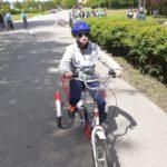 Zawonik na rowerze trójkołowym podczas wyścigu.