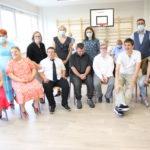 Grupa absolwentów wraz z dyrekcja oraz pracownikami szkoły.