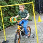 Przedszklak pokonujący przeszkodę na czterokołowym rowerze,.