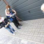 Uczniowie podczas zadania nawijania sznurka na rolkę.