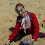 Uczennica podczas zabawy w piaskownicy.