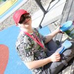 Uczeń podczas zabawy w piaskownicy.
